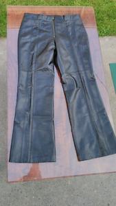 Danier black leather pants new condition 40$