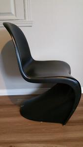 3 chaises Panton noires - 100$ chacune ou les 3 pour 275$