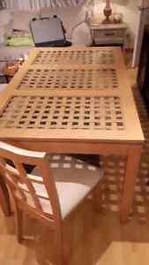 Table de cuisine avec chaise et buffet