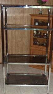 Étage en chrome en verre fumé. Chrome shelving with glass shelve