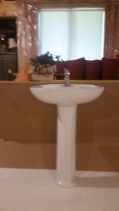 2 mirrors, 2 lights, I pedestal sink and taps