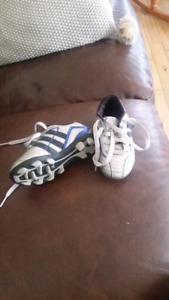 Youth soccer cleats size 9K