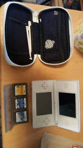 Very nice white ds with 2 stylus Mario and 2 other games