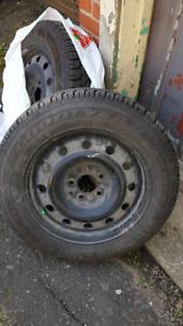 pneus hiver Goodyear 205/60R16 et rims en excellent état !