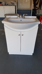 White vanity with porcelaine sink and chrome faucet