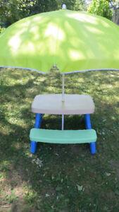 Table de picnic LITTLE TIKES pour petits vient avec parasol