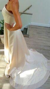 Stunning wedding dress(size 7-8)*BEST OFFER London Ontario image 2