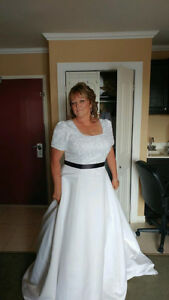 Elegant and Classy Plus Size Wedding Dress with Short Sleeves