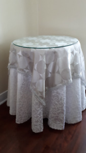 Round table with glass top/Table ronde avec desssus en verre