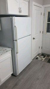 "Maytag Fridge 33""  21 ft3"
