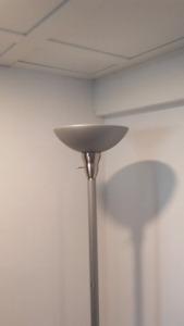 Lampe torchère gris/argent