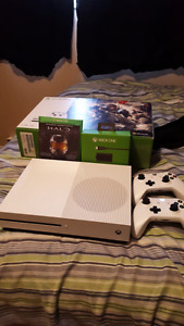 Xbox One 1TB (2 controllers, games, play and charge kit)