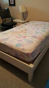 Base en bois de lit simple et matelas
