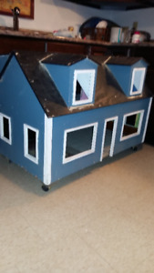 VINTAGE/ANTIQUE HAND MADE WOODEN DOLL HOUSE;