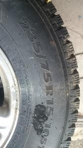 pneu nokian vus cloué 235/75/15 tres peu servi West Island Greater Montréal image 2