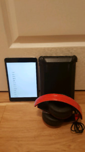 IPad Mini 2  (16GB)Bundle with Black Headphones