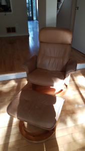 COMFORTABLE LOUNGE RECLINER AND FOOT STOOL