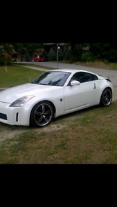 2004 white Nissan 350Z Coupe (2 door)