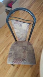 4 belles chaises en très bon état !
