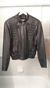Manteau noir en cuir véritable comme neuf fait au Canada