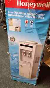 LIKE NEW Honeywell Standing Water Cooler / Refroidisseur D'Eau
