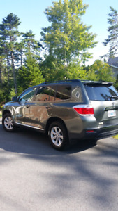 2013 Toyota Highlander with leather seats and low kms