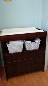 lit de bébé et table a langer