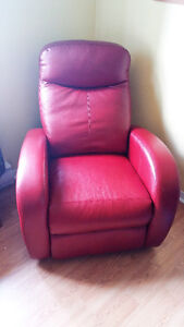 Fauteuil inclinable en cuir presque neuf rouge superbe!