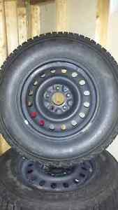 Pneu Winterforce UV P245 70r17 monté sur roue en acier noir