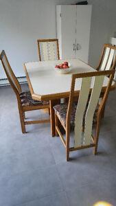Table de salon en bois avec 4 chaises rembourrées Saguenay Saguenay-Lac-Saint-Jean image 2
