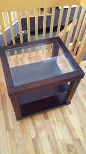 Table basse en verre et brun foncé