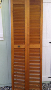 Bi fold doors $20 for two sets Amazing deal excellent condition