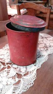 Boîte en fer rouge.