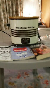 HARDLY USED CROCK POT WITH COOKBOOK