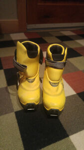 women's size 7   cross country ski boots