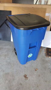 Rubbermaid® Recycling Can with Wheels