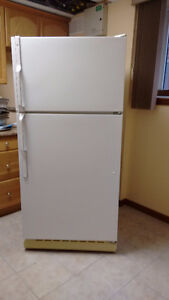 18 cub  GENERAL ELECTRIC REFRIGERATOR.LOOKS VERY GOOD,WORKS VERY