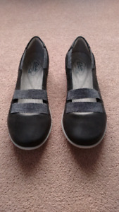 BRAND NEW Clarks Cloudsteppers women shoes- size 6