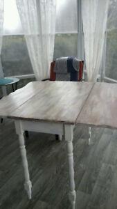 Table avec deux paneau et 4 chaises