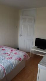 Lovely 2 bedroom flat close too all trains & buses.