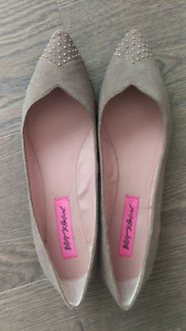 New Betsey Johnson size 7 suede flats