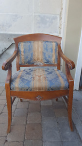 Beautiful antique solid wood accent chair – 50.00$
