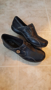 CLARKS BLACK LEATHER SLIP ON