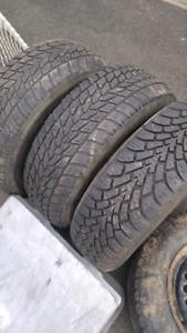 215/ 70r/ 15.  4 jantes et 3 pneus dhiver a vendre.