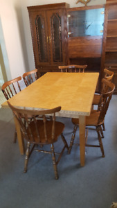 Dining Room Table w/ 6 Chairs in good condition