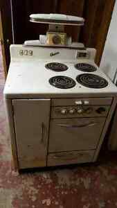 Vintage acme stove with original salt & pepper shakers Cambridge Kitchener Area image 1