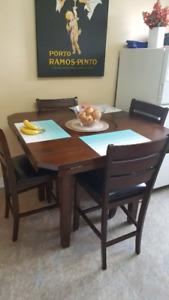 Table de cuisine, style bistro, bois massif avec 4 chaises