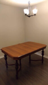 Cheap table and chairs , in great condition . MOVING SALE