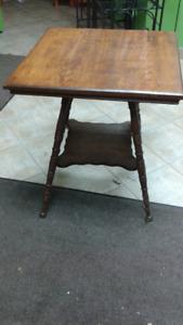 Une table carrée en bois à vendre