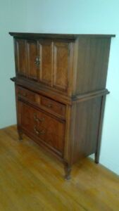 ANTIQUE DRESSER ARMOIRE TRES BON CONDITION